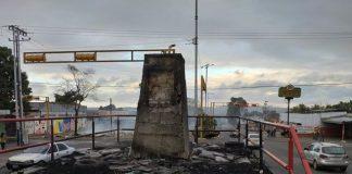 Estatua de Hugo Chávez quemada