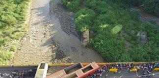 Puentes fronterizos entre Colombia y Venezuela bloqueados por contenedores.