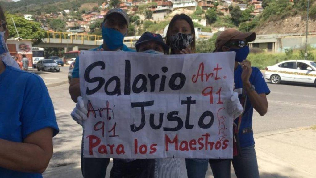 Docentes protestan por un salario justo